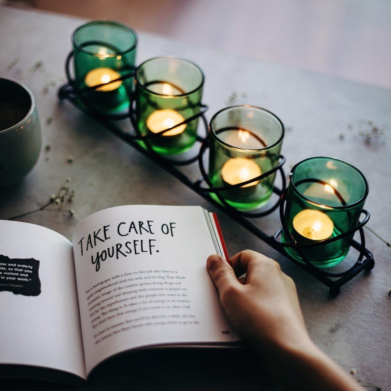подсвечники и свечи как красивый подарок ко дню матери