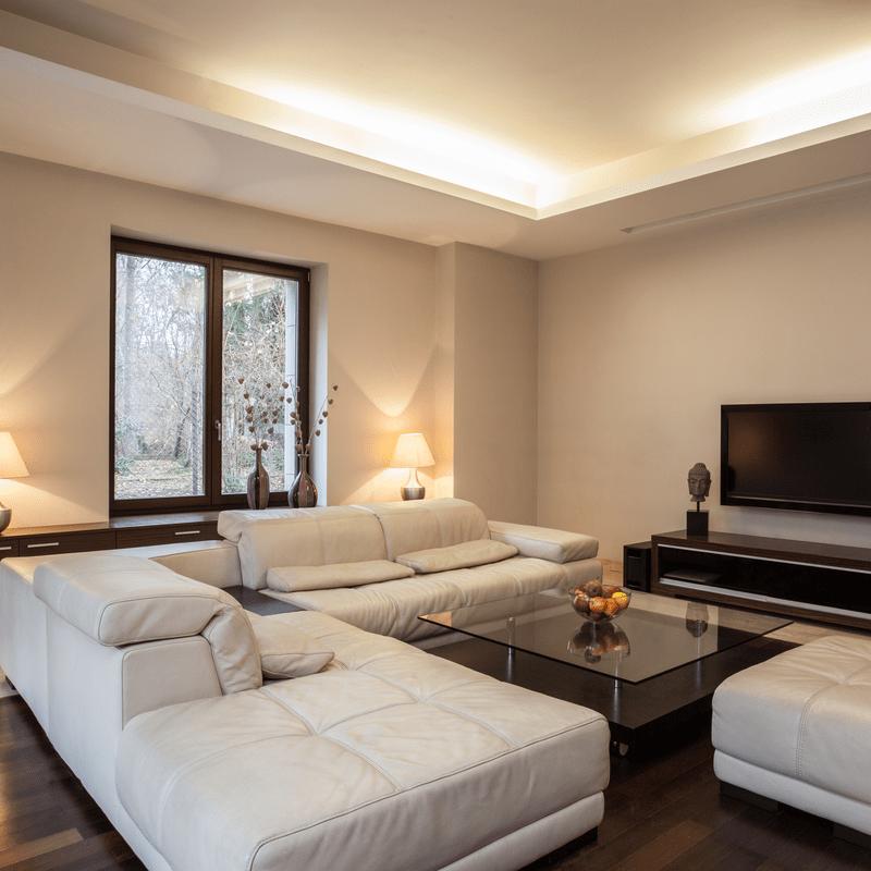 plasa viesistaba ar griestu lampam modernam apgaismojumam