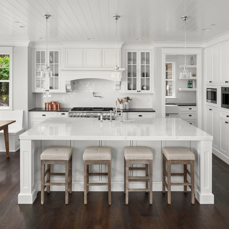 baltos spalvos virtuve su stalvirsiu
