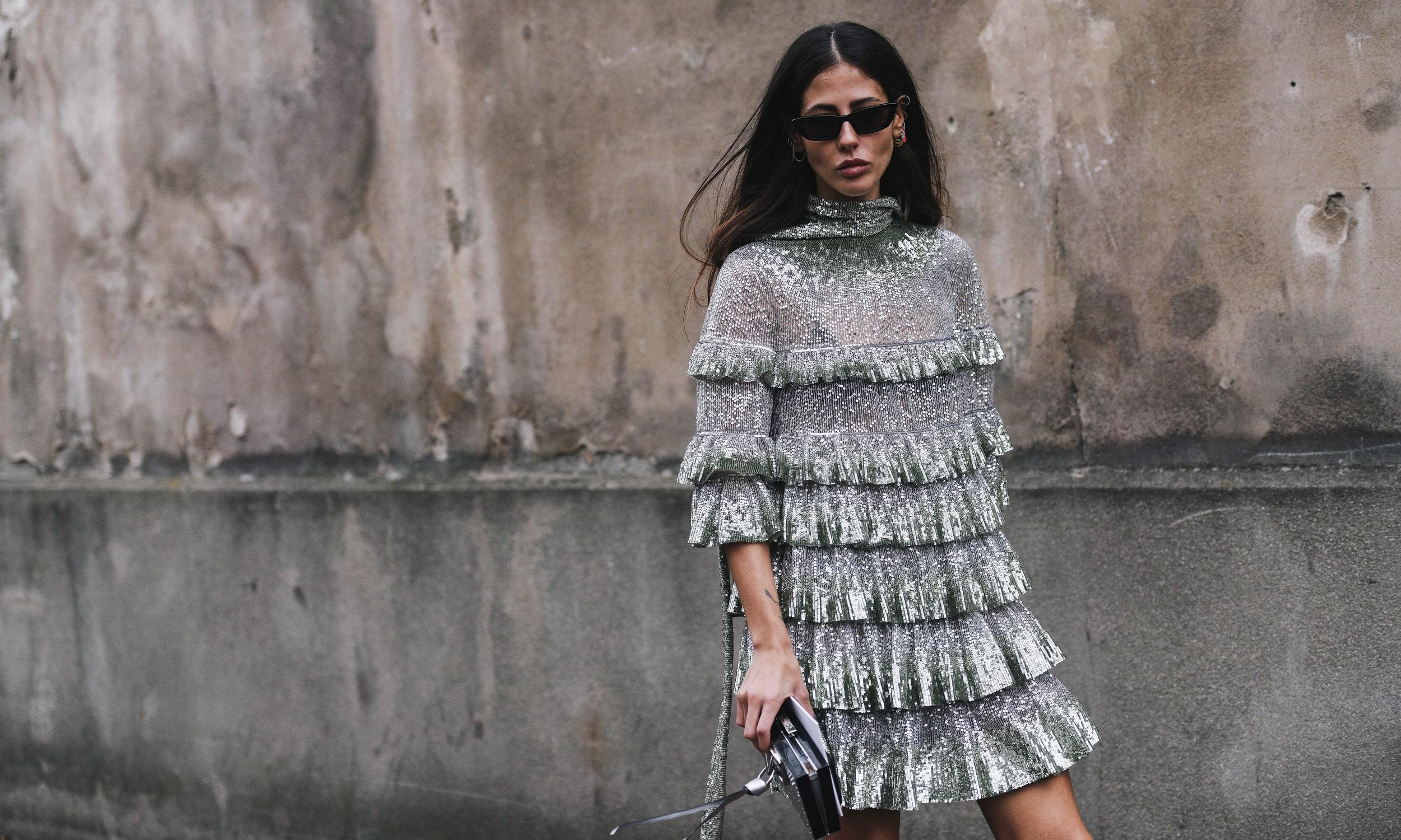 tüdruk linnas elegantses hõbedases kleidis