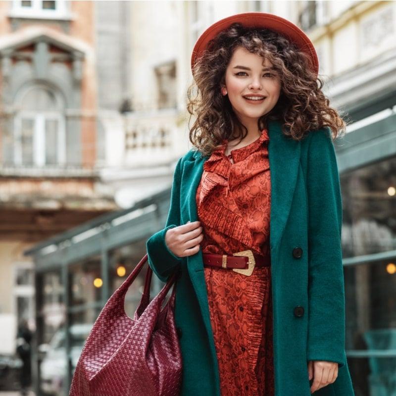 mergina apsirengusi rudenisku spalvu palta ir drabuzius