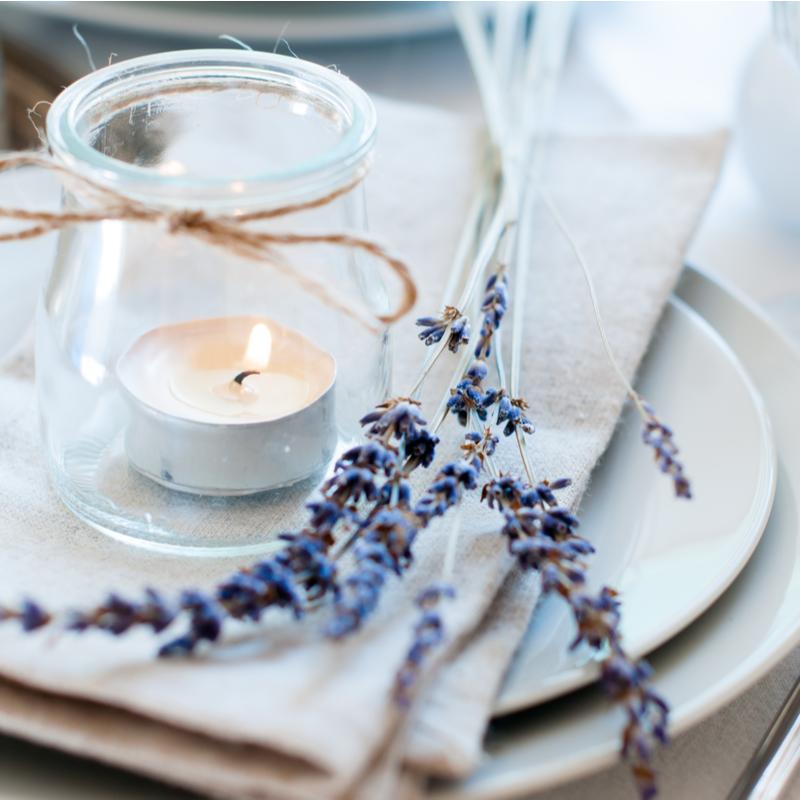 kazu galds dekorets ar ziediem briva daba