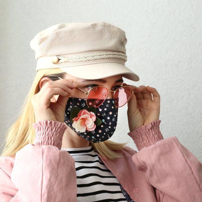sieviete ar spilgtu sejas masku