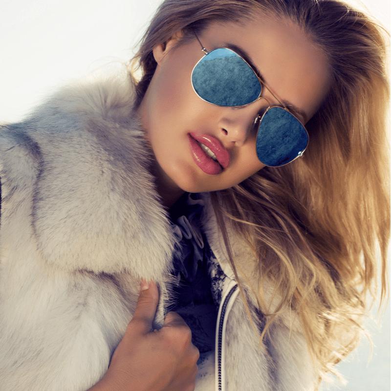 blond naine päikeseprillidega