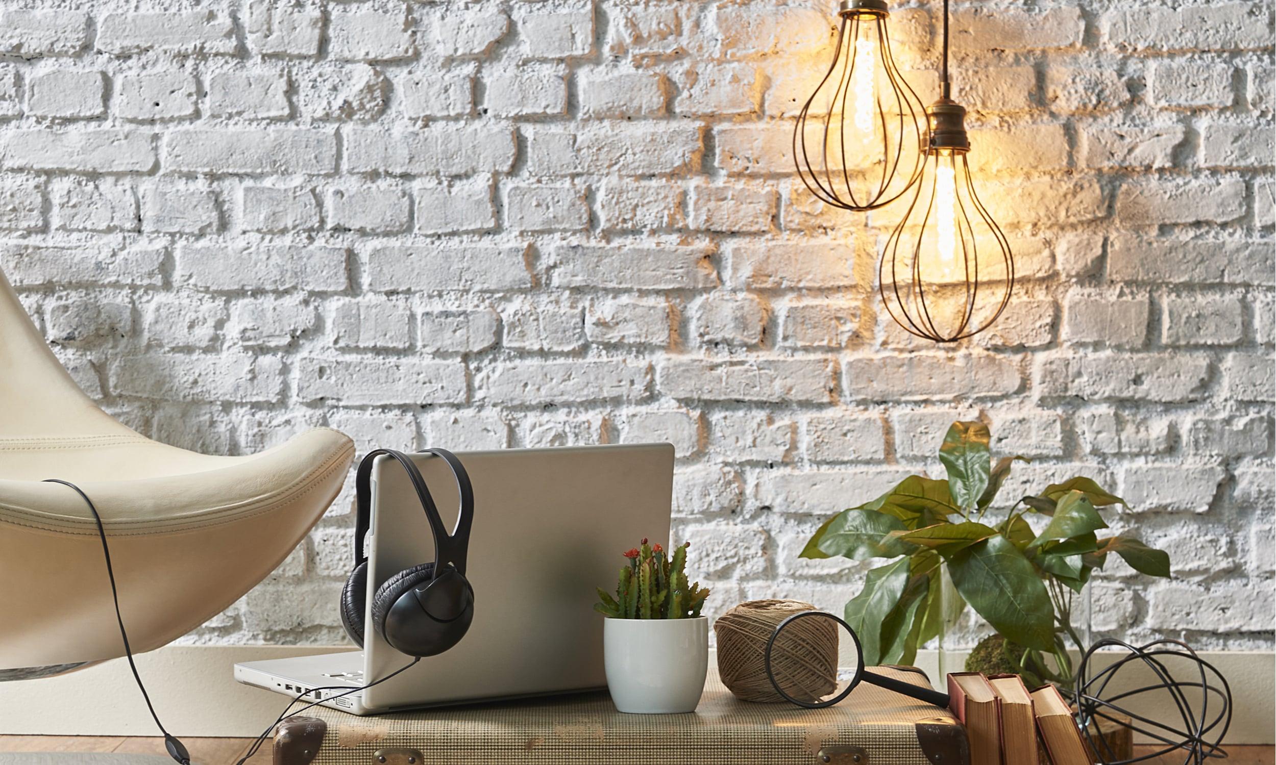 ramus ir patogus darbo kambarys su pakabinamais sviestuvais ir jaukiu dizainu