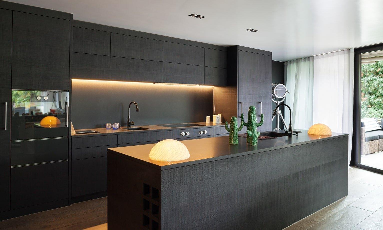 modernus, juodos spalvos virtuves interjeras