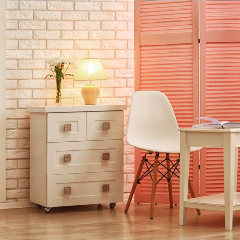 toolide kõrval asuvas toas olev roosa sirm jagab toad eraldi tsoonideks
