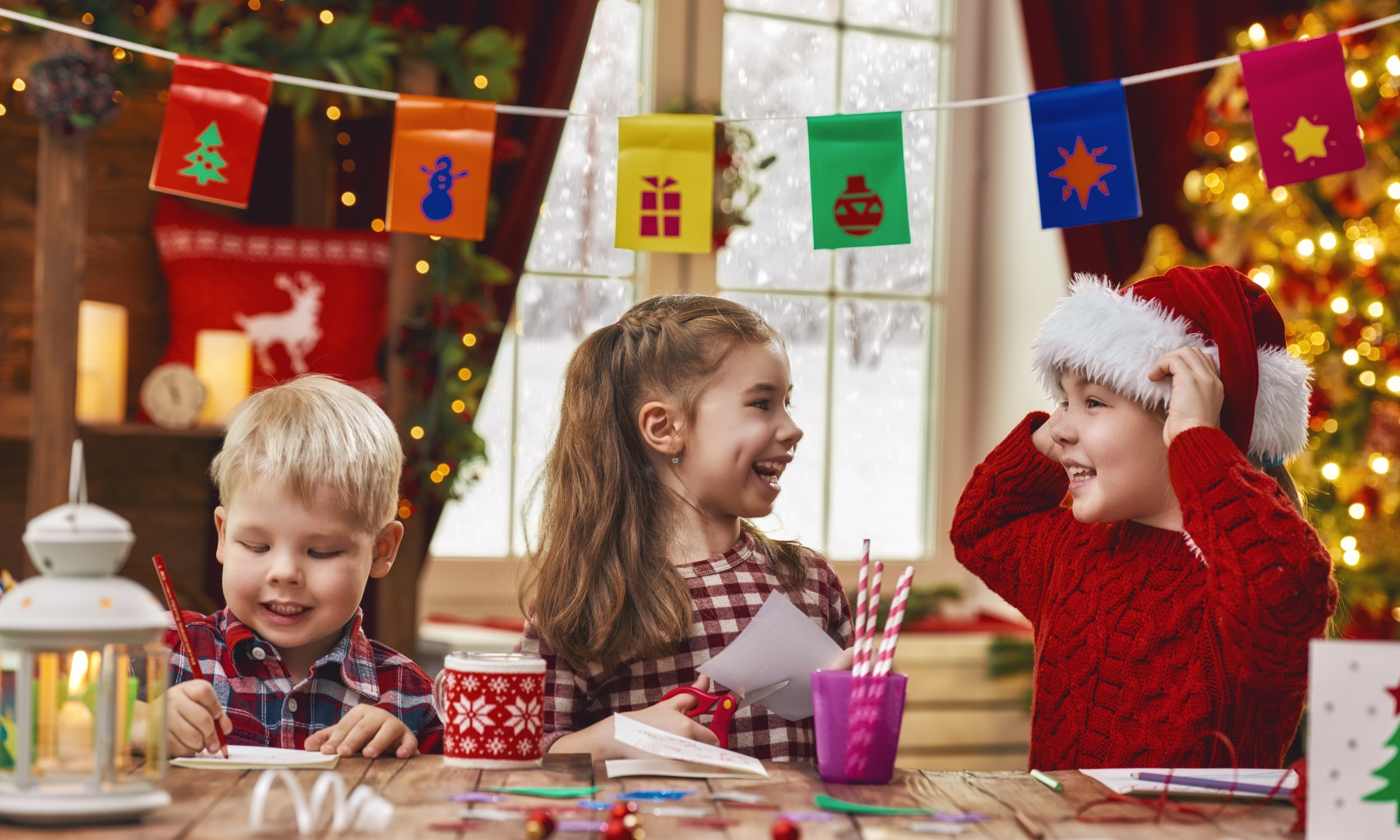 vaikai mokykloje gamina ir keiciasi kaledinemis dovanomis ir dekoracijomis