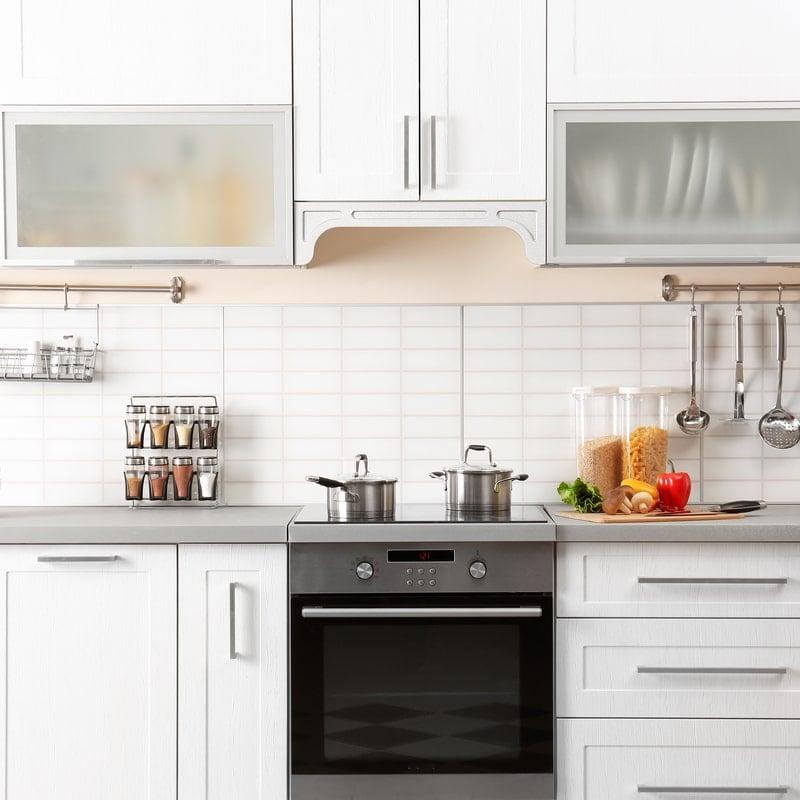 sviesus virtuves kambarys su balta buitine technika