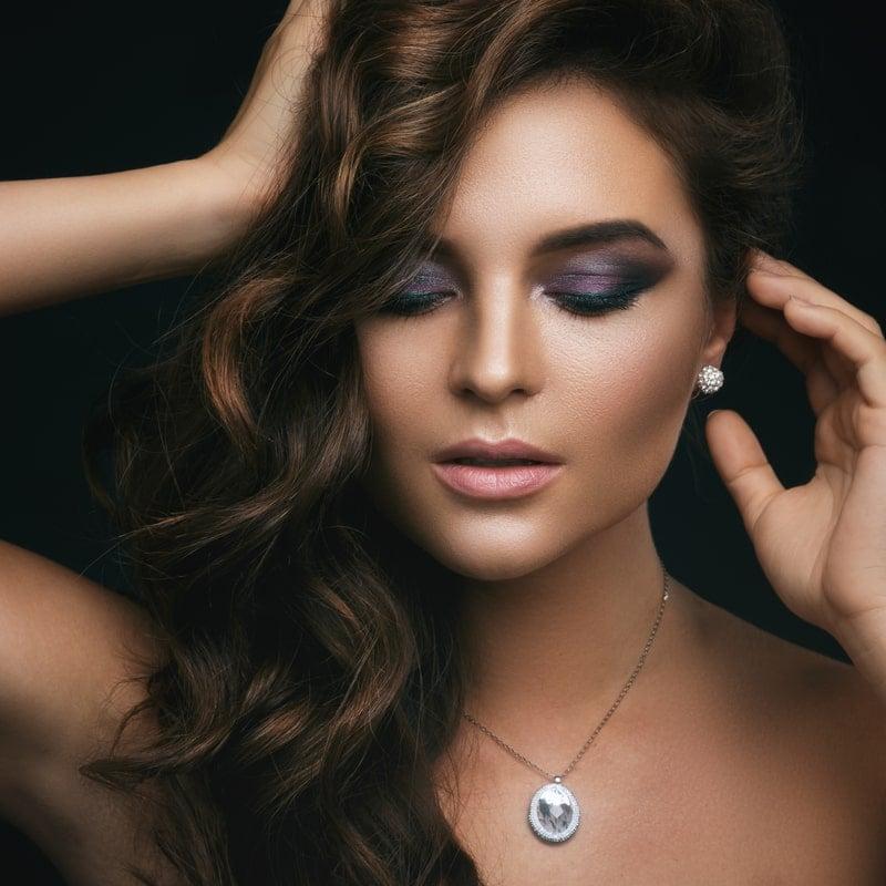 mergina su sidabriniu pakabuku bei auskarais