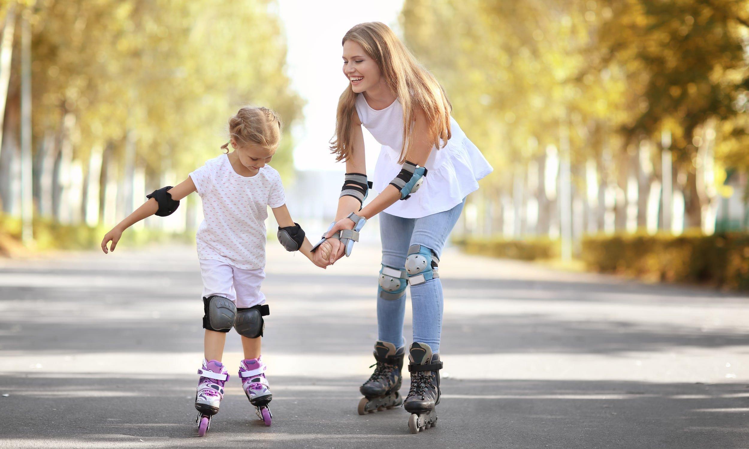 laps ja ema õpivad rulluiskudega sõitma
